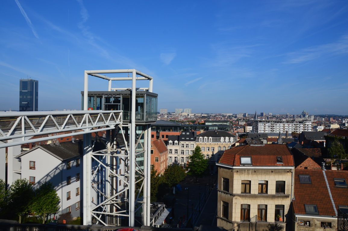 The Marolles lift visible from the Place Poelaert at the beginning of the visit Celebrity Brussels