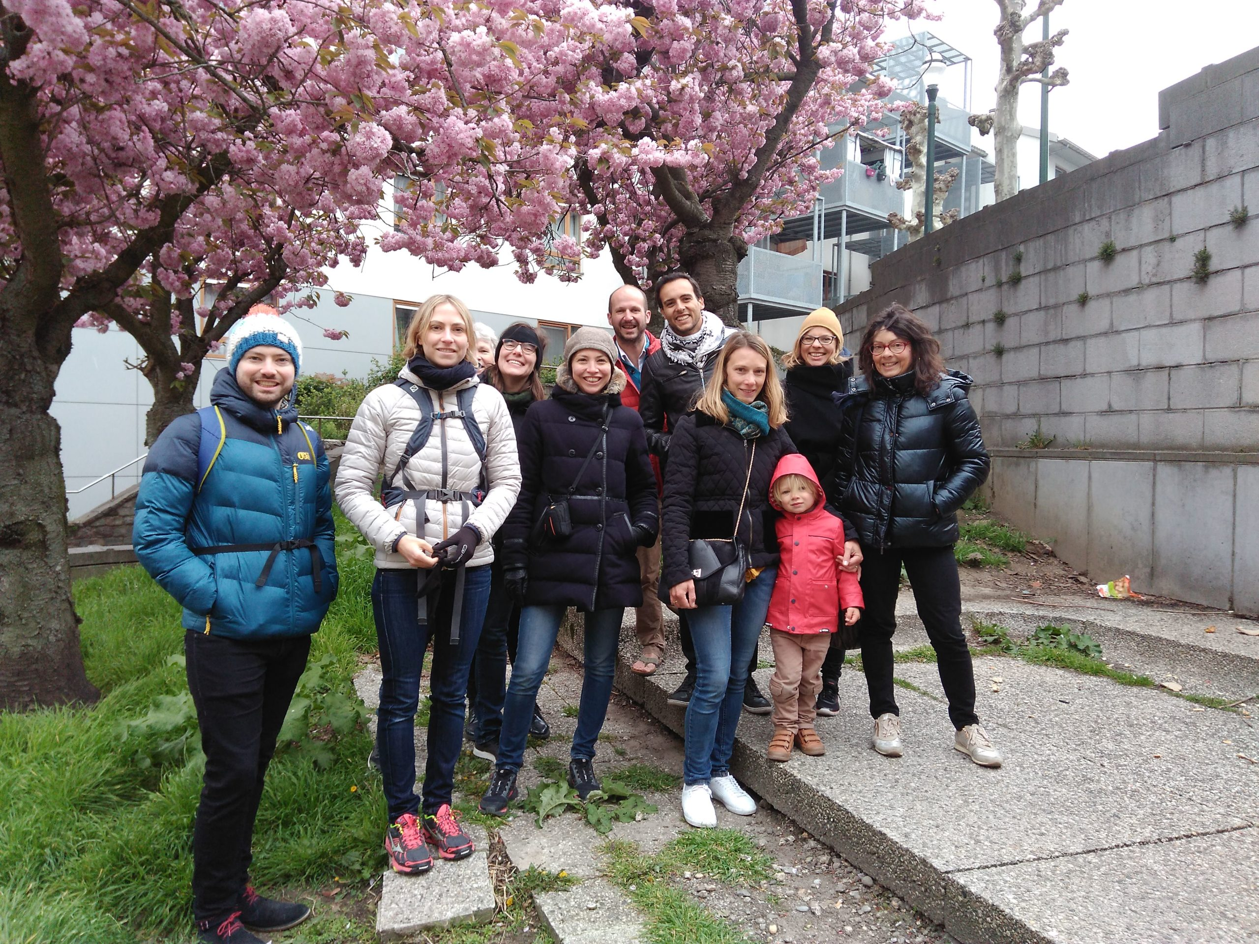 Groupe devant le monument aux vivants dans les Marolles lors d'une visite Bruxelles 1000 ans de luttes de Brussels By Foot.